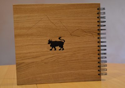 Livre avec première page en bois